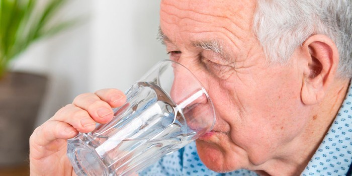 Человек пьет воду