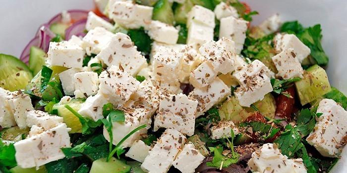 Салат с сыром и авокадо