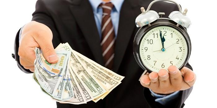 Деньги и часы в руках у мужчины