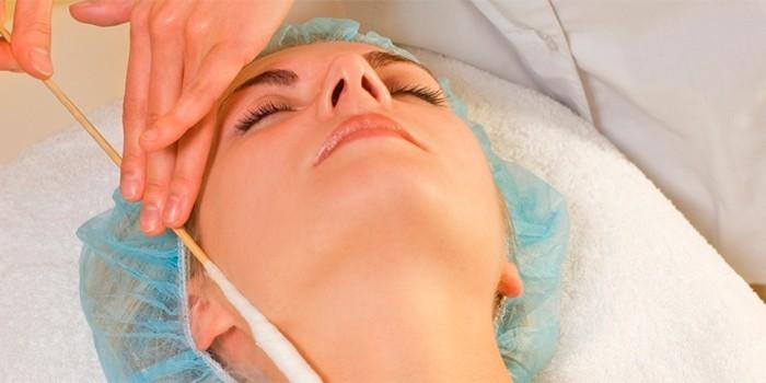 Косметолог проводит криомассаж
