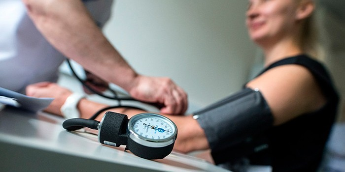 Девушке измеряют артериальное давление